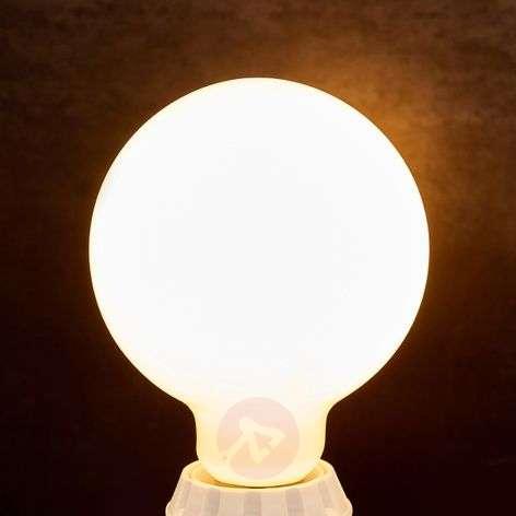 E27-LED-filamenttipallolamppu 8W 880lm 2700K opa.